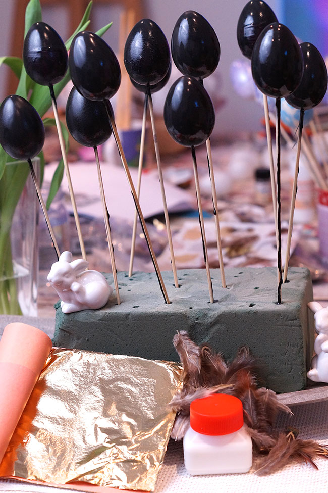 Materialien Ostereier mit Federn und Blattgold