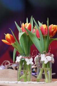kleine Blumenvase mit Osteranhänger