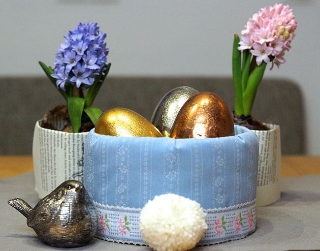 Osternest mit blauem Stoff