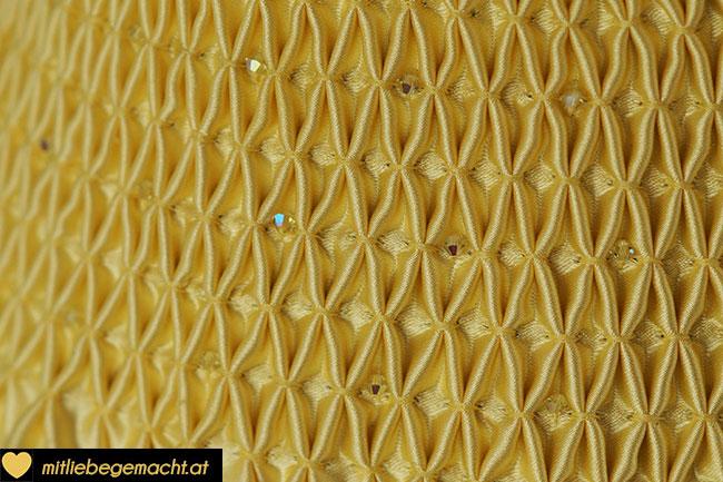 Details des Smoks mit den Perlen