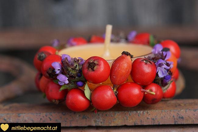 Teelicht mit Beeren und Blüten