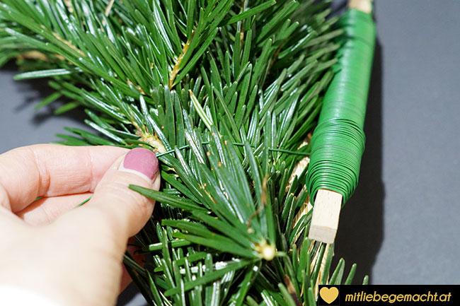 Zweige mit Blumendraht umwickeln