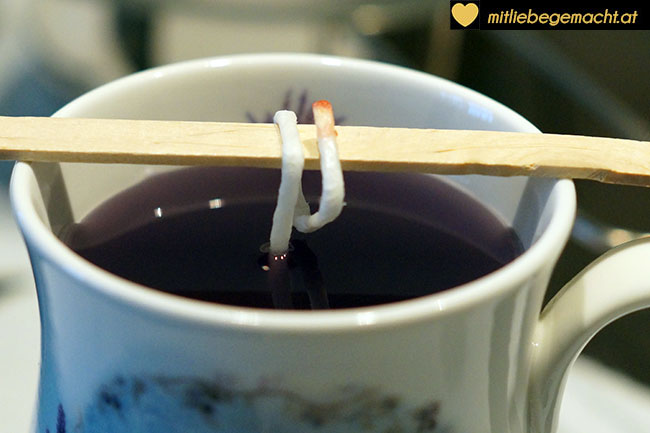 Tasse mit Wachs befüllen
