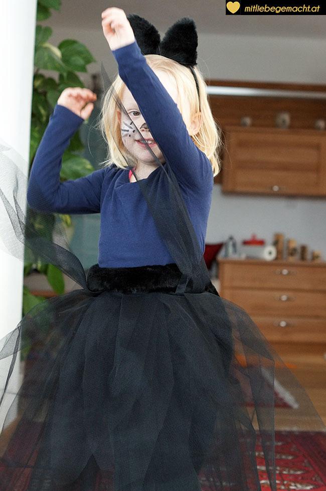 Tanzen im neuen Katzenkostüm