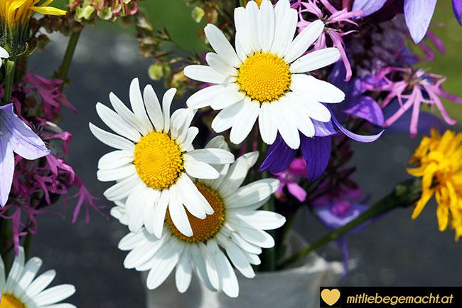 Blumen kommen in den Vasen gut zur Geltung