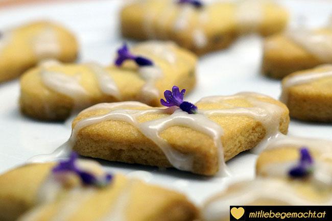Kekse mit Zuckerglasur verzieren