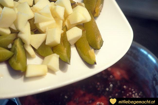 Apfel und Zwetschge hinzugeben
