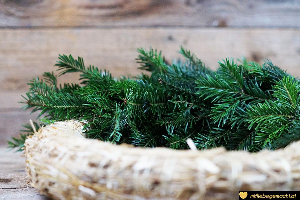 Adventskranz Zweig für Zweig binden