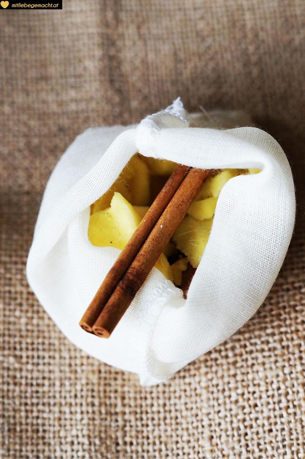 Zutaten in Baumwollbeutel geben - Naturkosmetik DIY