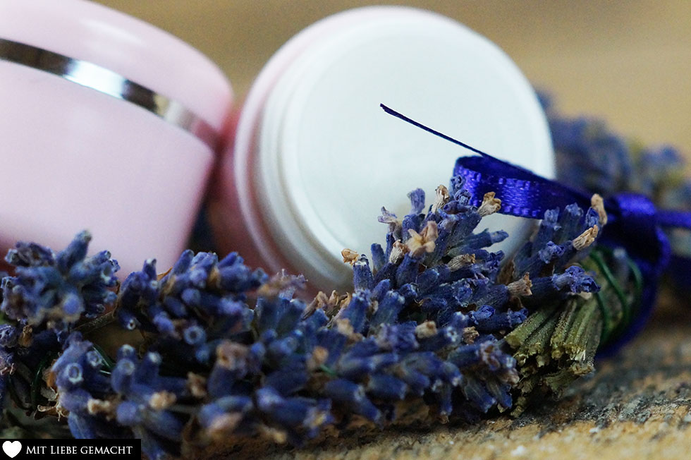 Lavendelblütenmazerat abfüllen