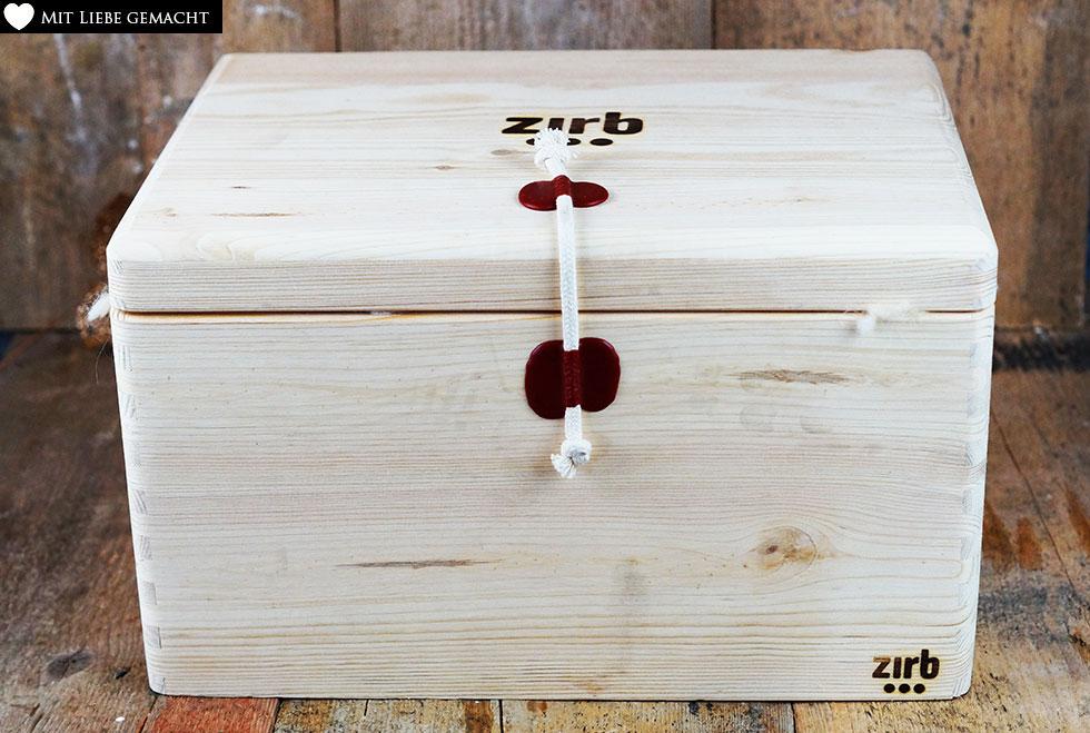 eine schöne Holzkiste, die Lust aufs Auspacken macht