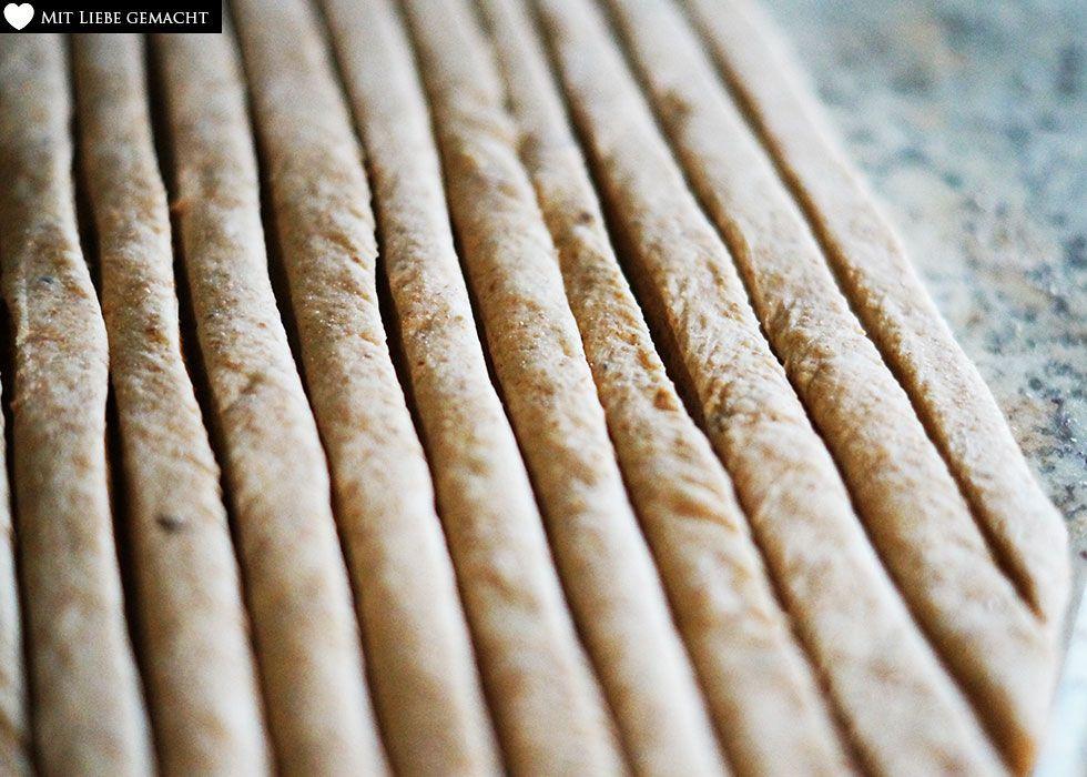 Brotteig in Streifen schneiden