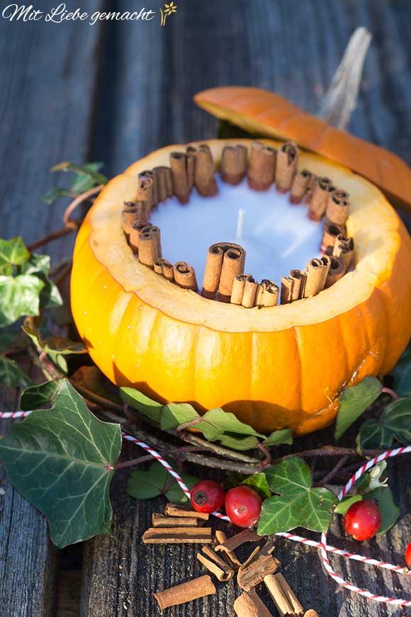 Duftende Kerze im Kürbis - so kann der Herbst kommen