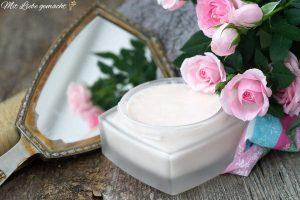 zarte Körperpflege mit Honig und Blüten