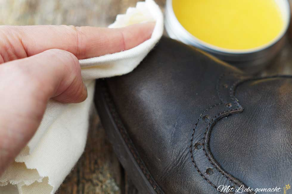 Schuhcreme auf dem Lederschuh gut verteilen