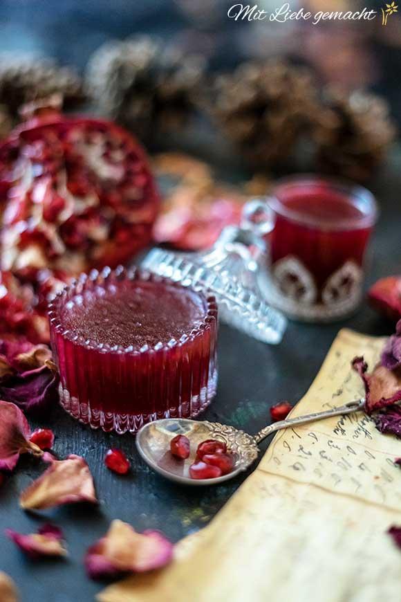 duftendes Gelee mit Rosenblütenwasser und Granatapfel