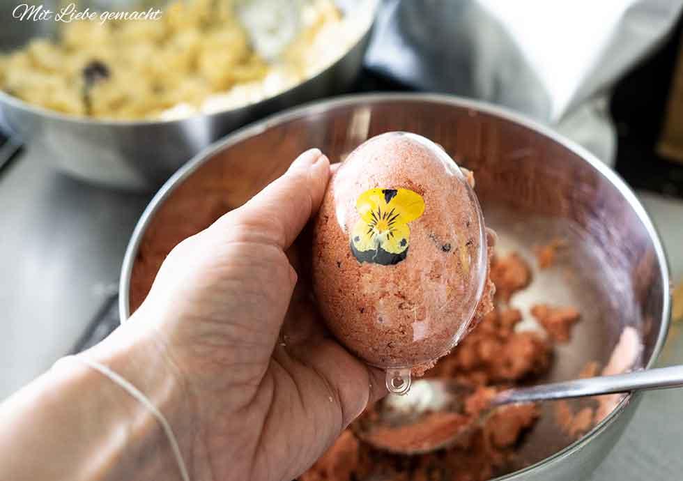 Ostereier befüllen und gut zusammendrücken