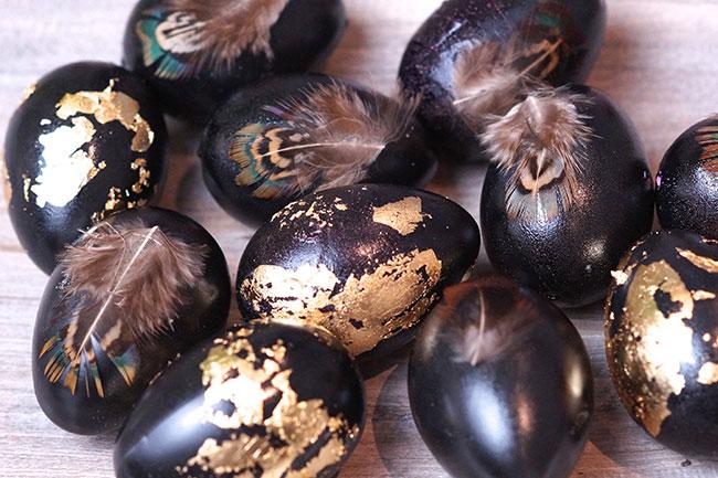 Ostereier mit Federn und Blattgold