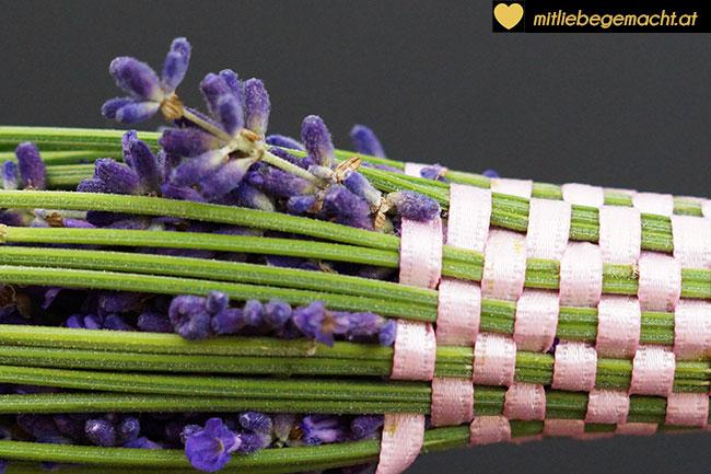 Hälfte des Lavendelstabs umwebt