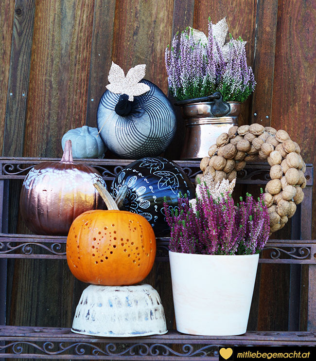 Blumentreppe mit Kürbissen
