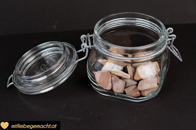 Glas mit Steinen füllen