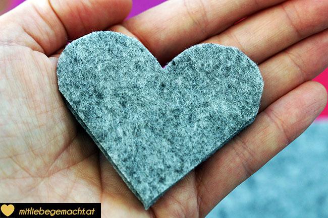 Herzen aus Filz ausschneiden