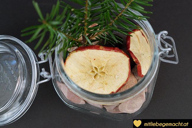 Zweige und Äpfel hinzugeben