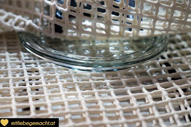 Anti-Rutschmatte um das Glas legen