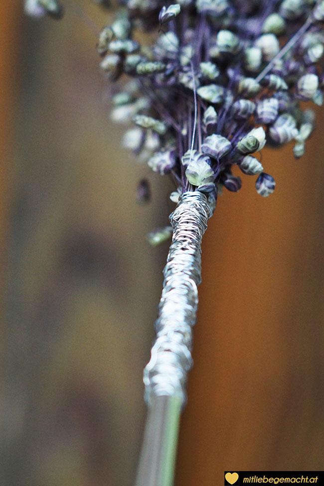 Gräser mit Draht umwickeln