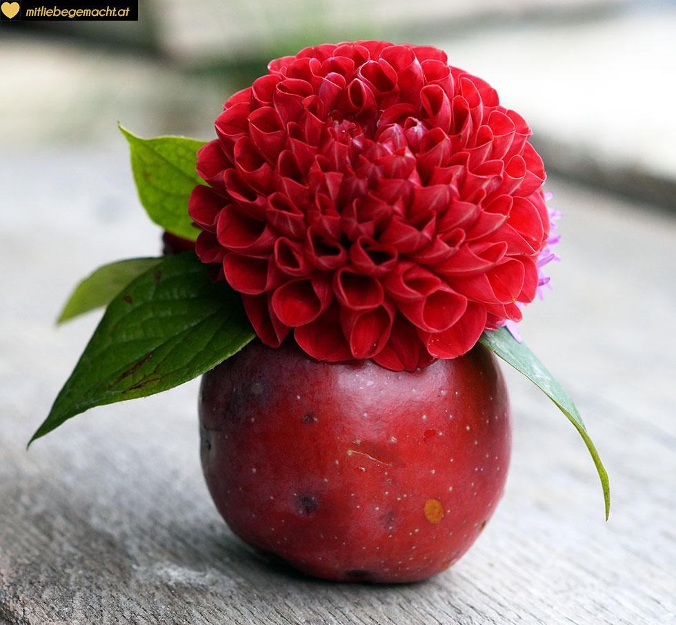 Apfel mit Blumen dekorieren