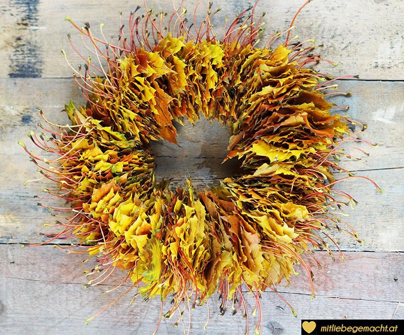 der fertige Blätterkranz mit seinen wunderschönen Farben