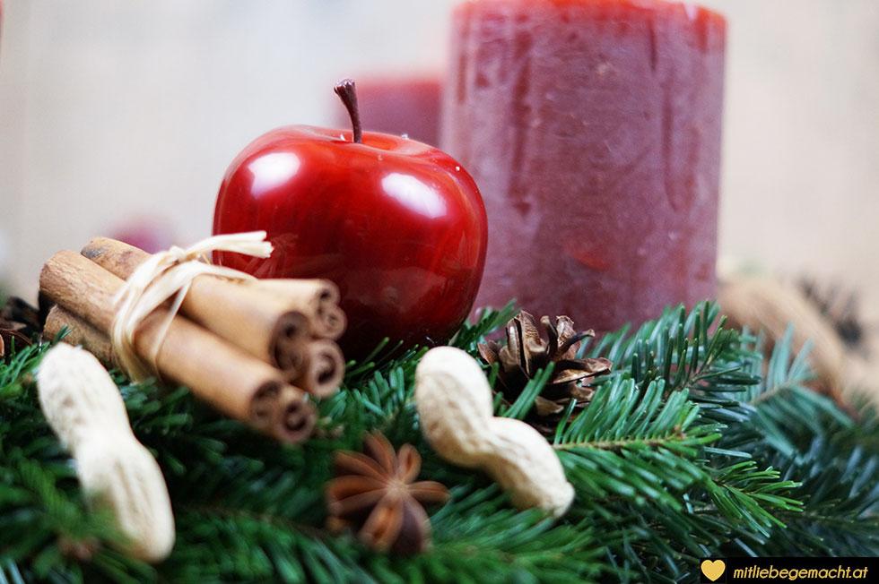 Äpfel, Zimtstangen, Nüsse