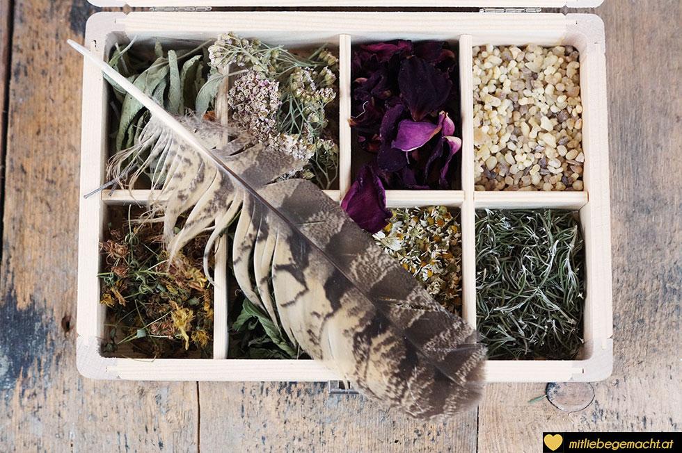 Räucherkiste mit Kräutern, Blüten und Weihrauch