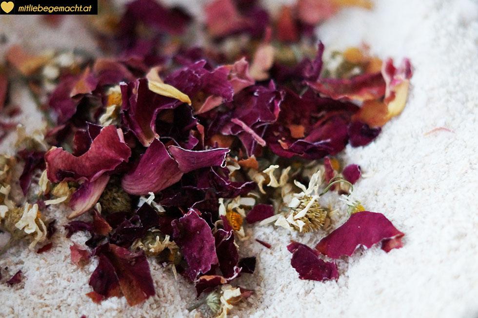 die Blüten zerkleinern und unter das Mehl mischen - Mit liebe gemachte Naturkosmetik