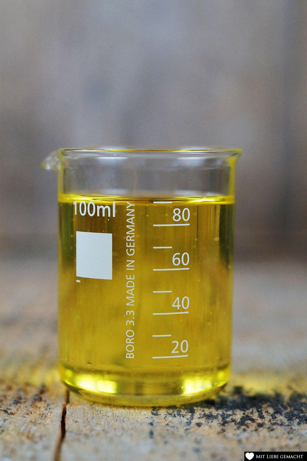 Mandelöl als pflegendes Öl passt perfekt in unser Rosenpeeling - DIY Valentinstag