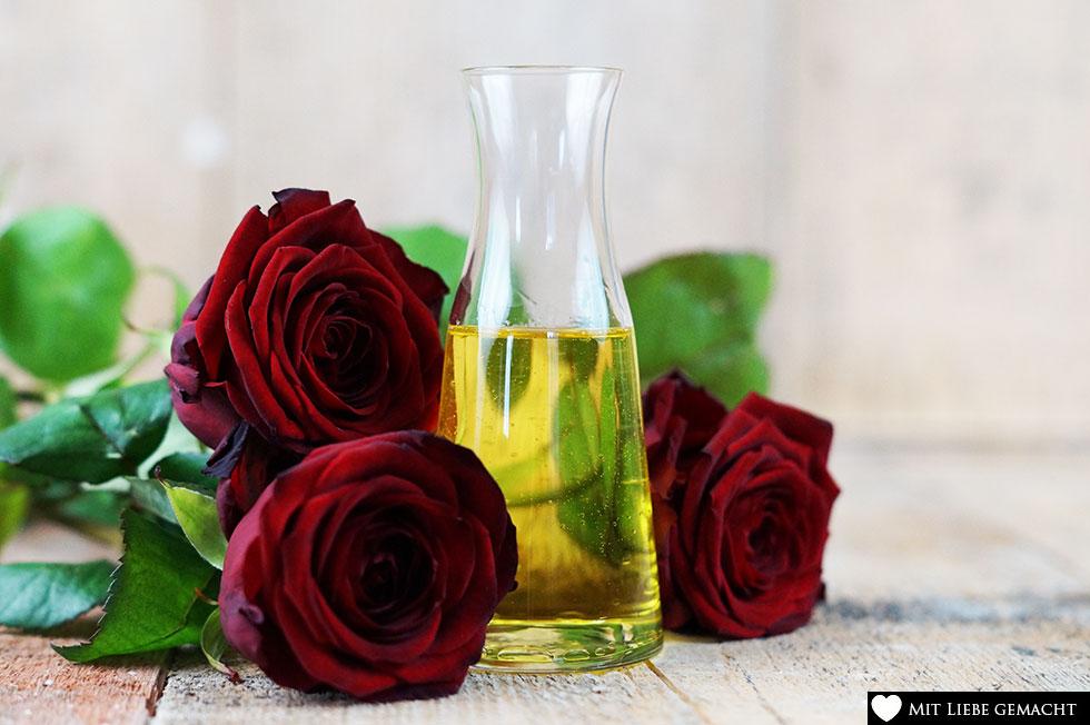 Rosenöl vermischt mit Mandelöl ergibt ein sinnliches Massageöl - Naturkosmetik selbstgemacht