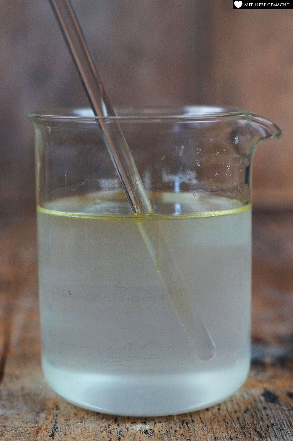 Natron-Wasser Gemisch mit Alkohol und ätherischen Ölen