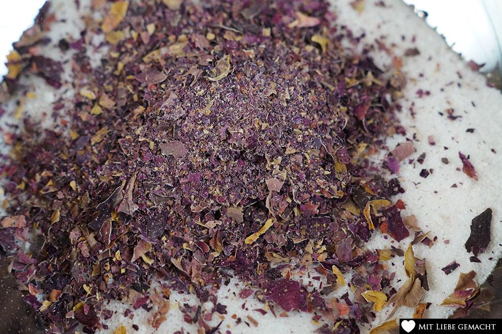 Rosenblüten und Zucker/Salz mischen