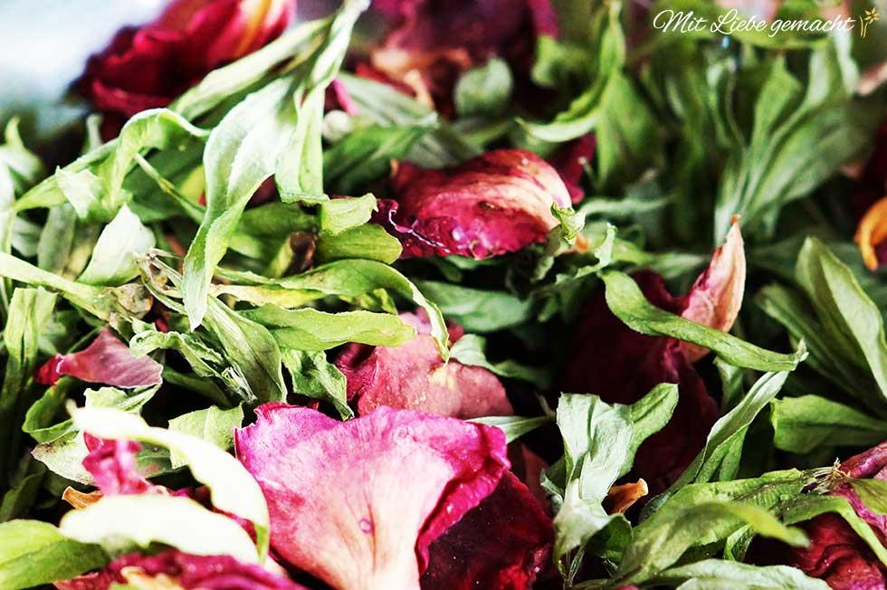 Rosenblüten und Waldmeister