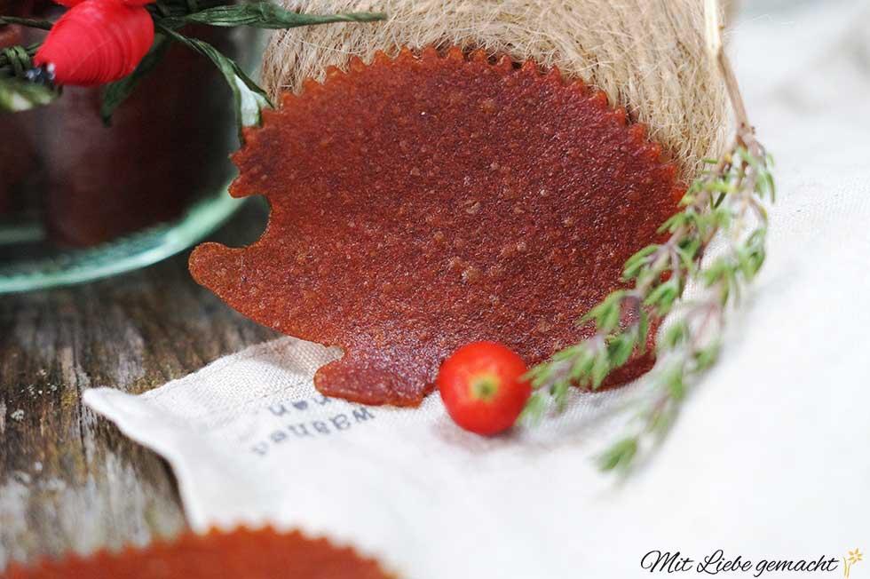 Hagebuttenfruchtleder ausgestochen