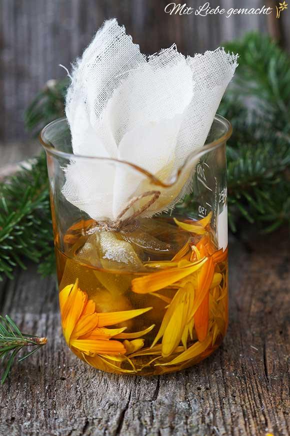 Harzsalbe selber machen mit Öl mit Harz und Ringelblumen