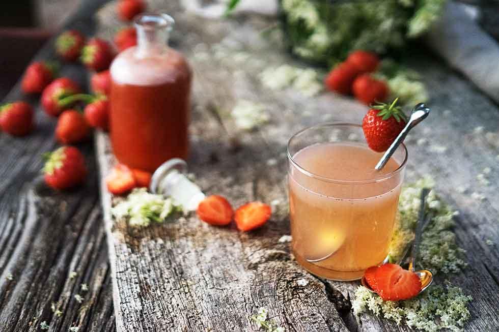 Erdbeeren und Holunder Shrub