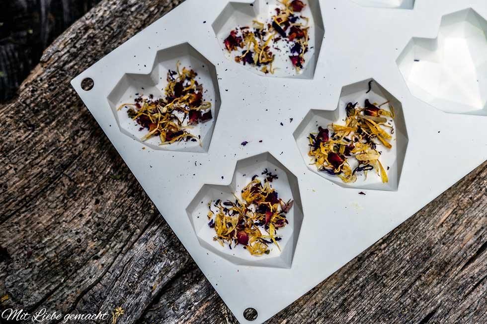 Blütenblätter in die Silikonform geben