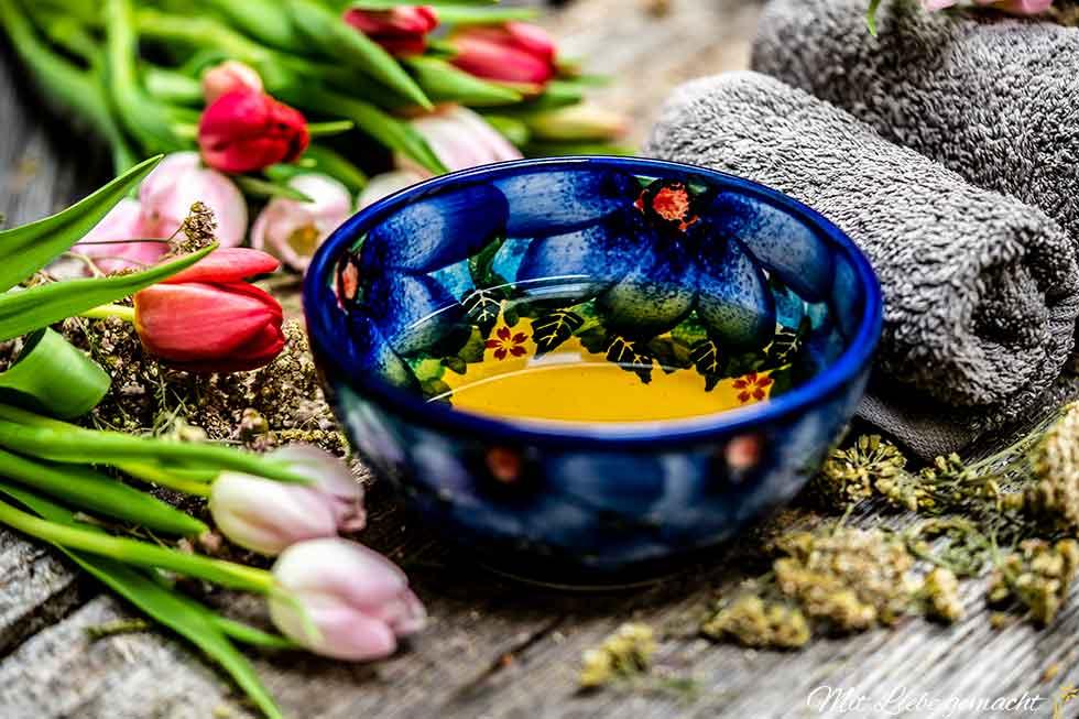 Schüssel mit Tee bereitstellen für den Leberwickel