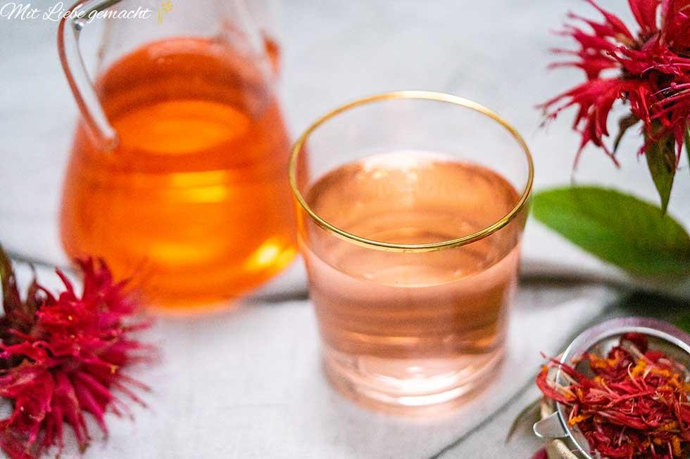 Glas mit Goldmelissensirup und Goldmelissenblüten