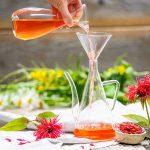 Goldmelissensirup selber machen, Karaffe mit Goldmelissensirup