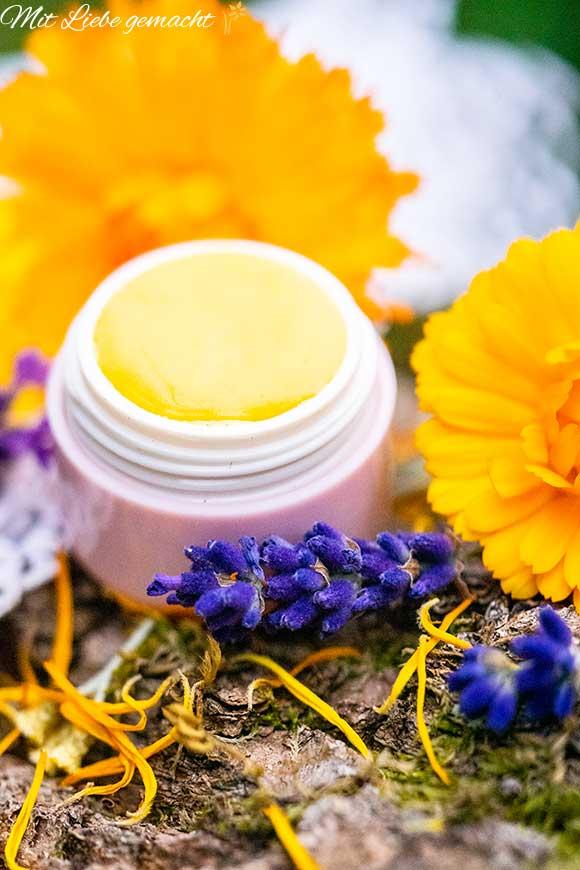 Lippenbalsam im Döschen mit Ringelblumen und Lavendel
