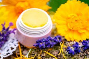 Lippenbalsam selber machen mit Ringelblume und Lavendel