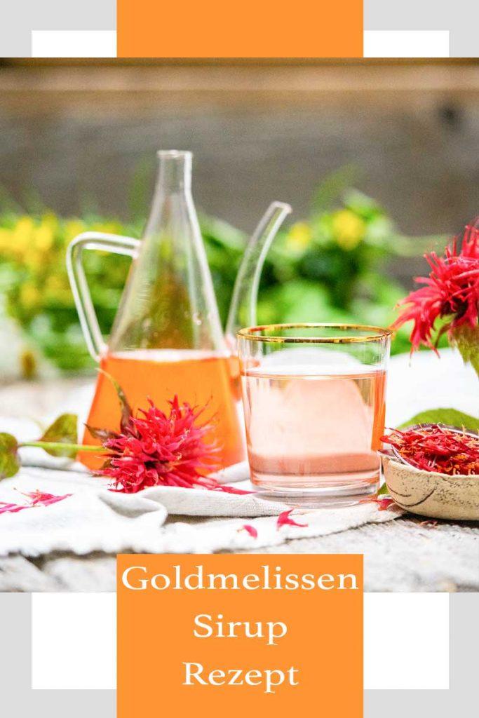Goldmelissensirup mit Glas und Karaffe, daneben Goldmelissenblüten