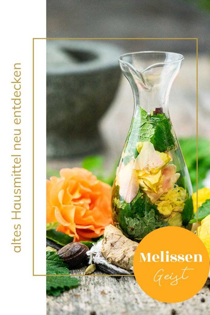 Melissengeist selber machen mit Zitronenmelisse und vielen Gewürzen im Glas. Natürliches Hausmittel mit Kräutern selber machen.